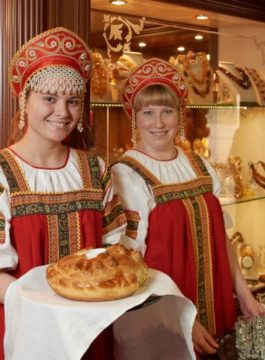 Volga Dream welcome reception bread and salt 1 600x464 - Als Groep Op Reis